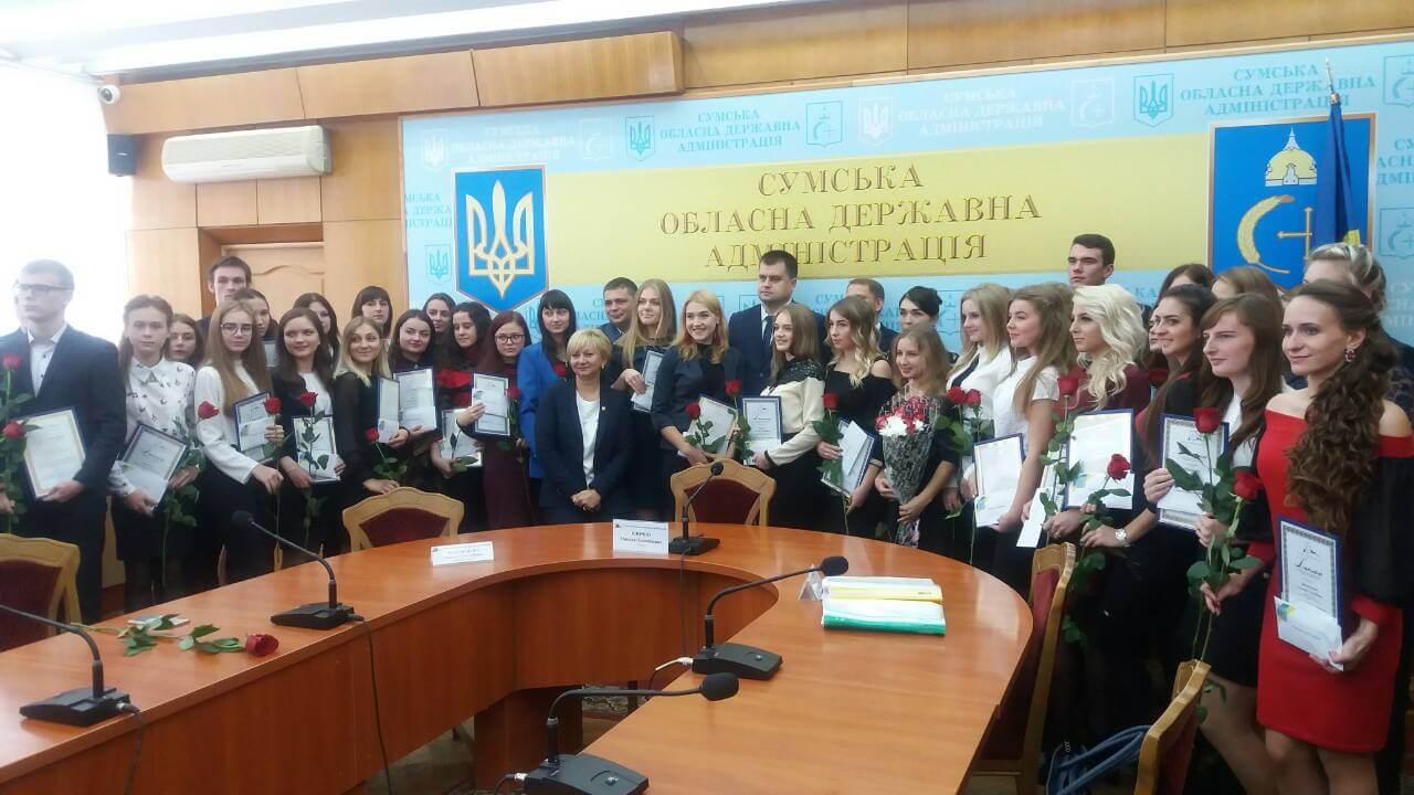 Студентці Глухівського медичного училища – КЗСОР вручили диплом про отримання іменної стипендії