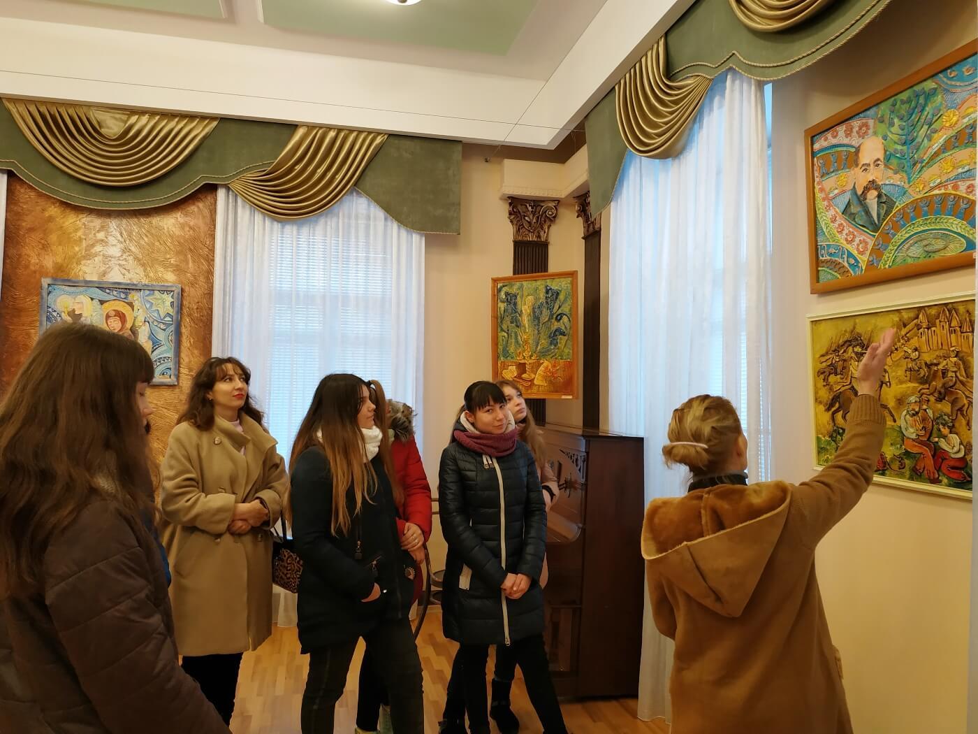 Студенти Глухівського медичного училища відвідали унікальну виставку ніжинської мисткині